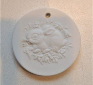 Meissen Porzellan Medaillon Osterhase, Ihre Genuss-Agentur